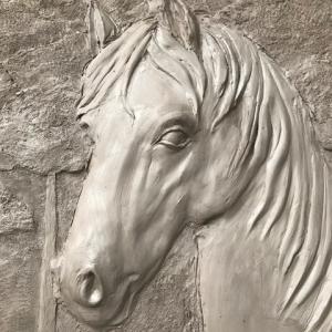 Tête de cheval en bas-relief