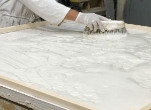 Le plâtre remplace la terre pour un tirage de la sculpture fidèle à l'original