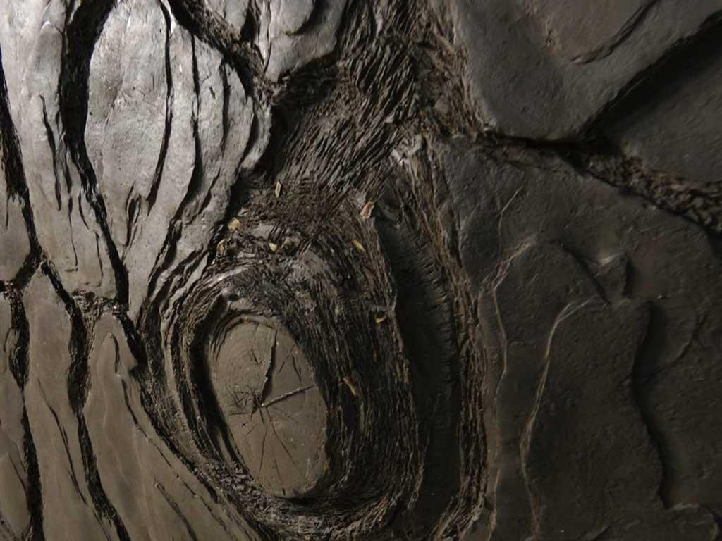 C'est un travail de sculpture par modelage en terre d'un détail d'écorce de pin à échelle sur-dimensionnée pour un panneau mural aux thermes de monaco