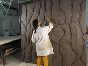 La sculpture commence par un modelage en bas-relief à partir de terre à modeler