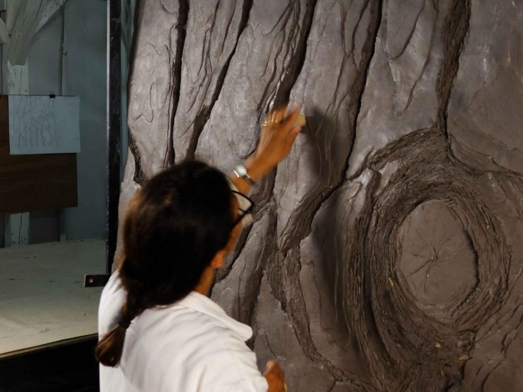 modelage en terre de l'écorce géante d'un pin