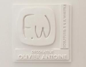 Notre logo FW est en relief et cite notre nom rob et frederique whittle ainsi que celui du decorateur olivier antoine
