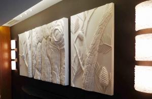 ici trois panneaux muraux en relief s'alignent dans un des couloirs des thermes marins de monaco