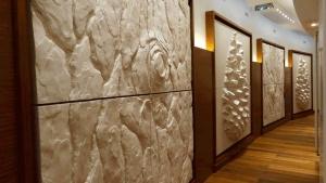 une magnifique enfilade de panneaux muraux imaginée par le décorateur olivier antoine orne le couloir vers la piscine des thermes marins de monaco