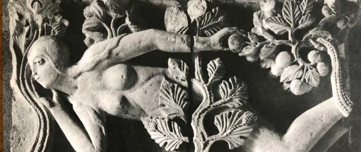 sculpture en bas-relief art roman autun ève allongée dans le jardin d'eden