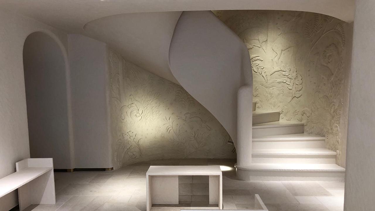 fresque murale en bas-relief escalier boutique lanvin paris