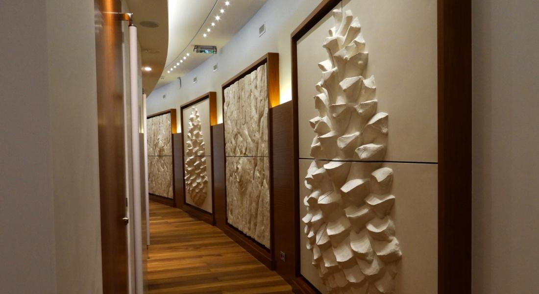 Sculpture murale : panneau mural bas relief ecorce de pin thermes monaco couloir